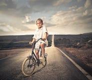 在自行车的孩子 库存图片