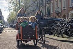 在自行车的家庭在阿姆斯特丹 免版税库存照片