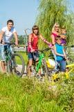 在自行车的家庭 库存图片
