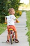 在自行车的小男孩骑马 免版税图库摄影