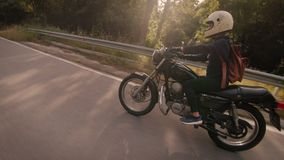 在自行车的幼小母摩托车驾驶员 影视素材