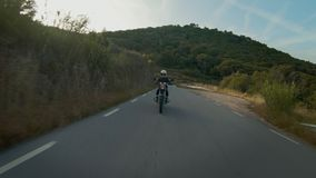 在自行车的幼小母摩托车驾驶员 股票视频