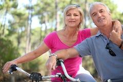在自行车的成熟夫妇 图库摄影