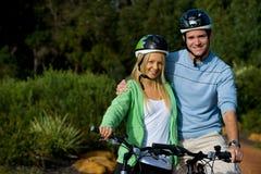 在自行车的新成人 免版税库存照片