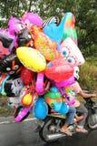 在自行车的气球 免版税库存图片
