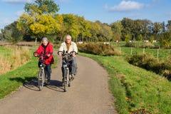 在自行车的资深夫妇 免版税库存图片