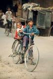 在自行车的年轻印地安人 免版税库存照片