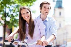 在自行车的年轻夫妇 库存图片