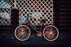 在自行车背景纹理的圣诞灯在城市 免版税库存照片