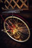 在自行车背景纹理的圣诞灯在城市 库存图片