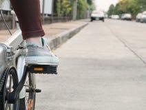 在自行车脚蹬的脚准备好离开 免版税库存照片