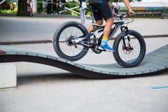 在自行车舷梯的肥胖自行车 库存照片