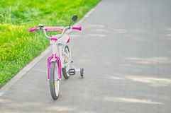 在自行车道路的三轮车在公园 库存照片