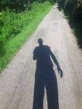 在自行车道路的人阴影 免版税库存图片