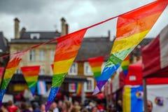 在自豪感在爱北安普顿中央集市广场英国的节日周末主要阶段的LGBT旗子  免版税图库摄影