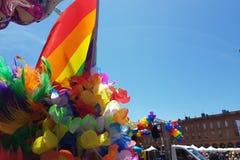 在自豪感行军的彩虹旗子图卢兹法国 免版税库存图片