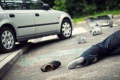 在致命车祸的受害者的旁边鞋子在路的 免版税图库摄影
