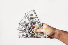 在舒展一百元钞票的爱好者胳膊的特写镜头侧视图 库存图片