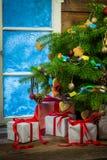 在舒适农村村庄的圣诞节晚上 库存图片