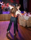 在舞池上两三位舞厅舞年轻舞蹈家演播室  在俱乐部场面的排练表现 免版税库存图片