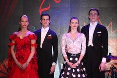在舞池上两三位舞厅舞年轻舞蹈家演播室  在俱乐部场面 免版税库存图片