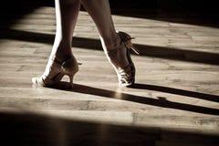 在舞池上的女性脚 免版税库存图片