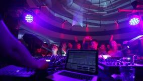 在舞池上的聚成棍棒状一团人作为DJ执行音乐集合 影视素材