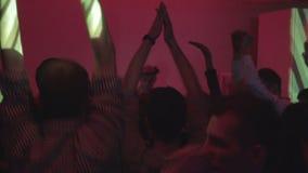 在舞池上的Clubbers,演奏混合的dj在党 股票录像