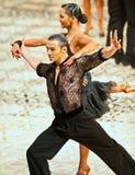 在舞蹈姿势的一对未认出的舞蹈夫妇 库存照片