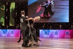 在舞蹈姿势的未认出的舞蹈夫妇 免版税图库摄影