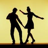 在舞蹈层上的两个剪影 免版税库存照片