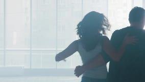 在舞蹈演播室结合排练他们的芭蕾舞蹈艺术 股票视频