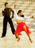 在舞蹈的一对未认出的舞蹈夫妇摆在 库存图片