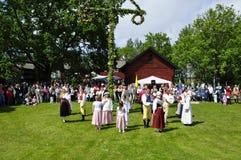 在舞蹈盛夏结构树附近 免版税库存图片