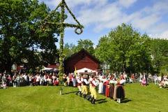 在舞蹈盛夏结构树附近 免版税库存照片