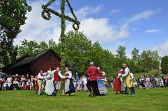 在舞蹈盛夏结构树附近 免版税图库摄影