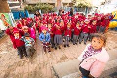 在舞蹈课期间的学生在小学,在加德满都,尼泊尔 免版税库存照片
