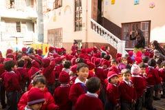 在舞蹈课期间的学生在小学,在加德满都,尼泊尔 图库摄影