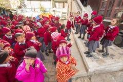 在舞蹈课期间的学生在小学 库存照片