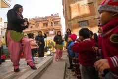 在舞蹈课期间的未知的学生在小学 免版税库存图片