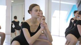 在舞蹈课期间,年轻芭蕾舞女演员教室有效地移动 影视素材