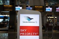 在航空公司` s登记处柜台的印度尼西亚鹰航空公司商标在雅加达Soekarno哈达国际机场 库存照片