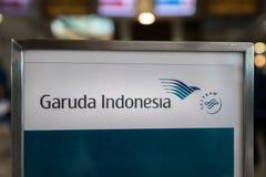 在航空公司` s登记处柜台的印度尼西亚鹰航空公司商标在雅加达Soekarno哈达国际机场 免版税图库摄影