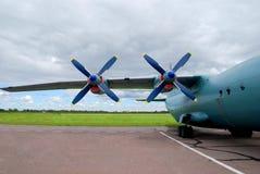 在航空器的两台推进器每多云天 免版税库存照片