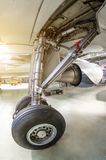 在航空器的保护下起落架在维修业务的一个飞机棚 免版税库存照片