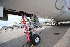 在航空器的前轮的飞行警告标记前去除别针在新加坡Airshow 免版税库存图片