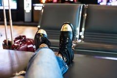 在航空器的妇女等待的搭乘在机场 免版税库存照片