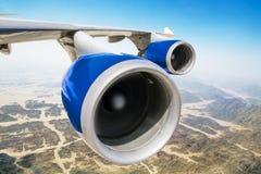 在航空器的翼的喷气机引擎 图库摄影