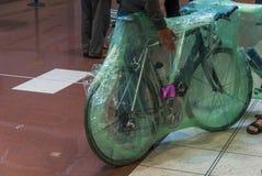 在航空旅行的塑料werapped的自行车 库存图片