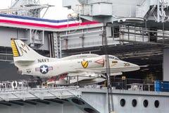 在航空母舰的喷气式歼击机 免版税库存图片